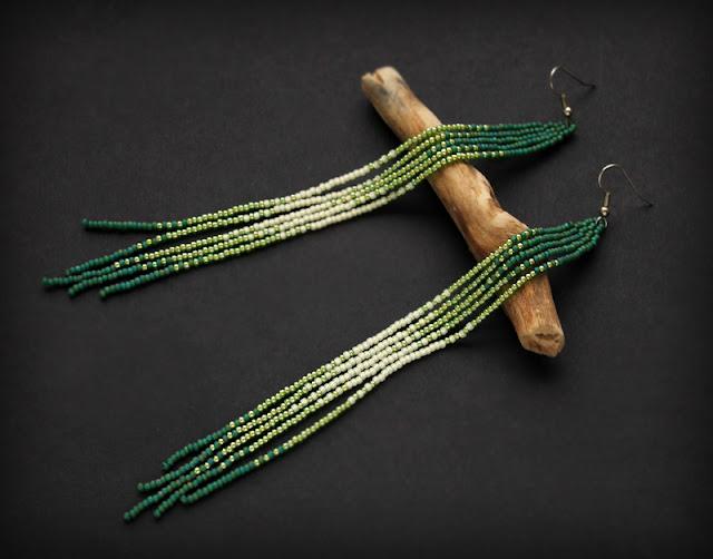 Купить очень длинные серьги. Бижутерия из бисера. Зеленые бисерные сережки ручной работы.