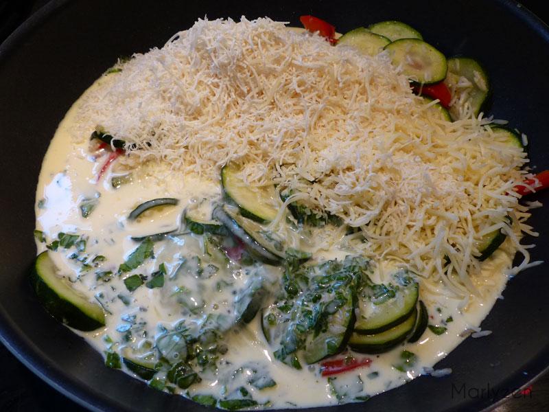 Ajoutez les oeufs battus, la crème, les fromages et le basilic.