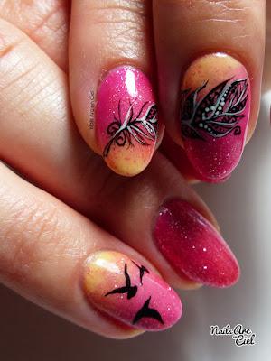 Nail Art - Plume détaillée sur dégradé en vernis semi-permanent par Nails Arc en Ciel