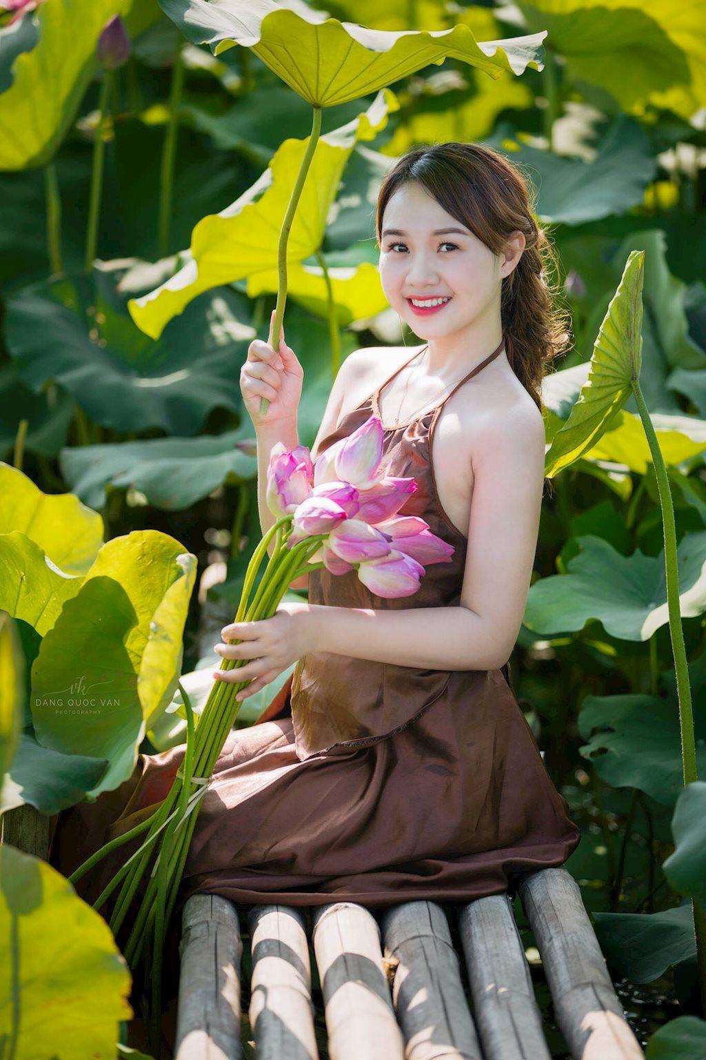 Hải Yến rạng rỡ bên hoa sen đầu mùa @BaoBua: Duyên
