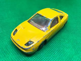 フィアット クーペ のおんぼろミニカーを斜め前から撮影