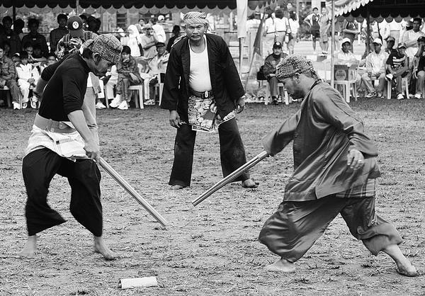 sejarah-kesenian-sampyong-duel-jalanan-ala-indramayu