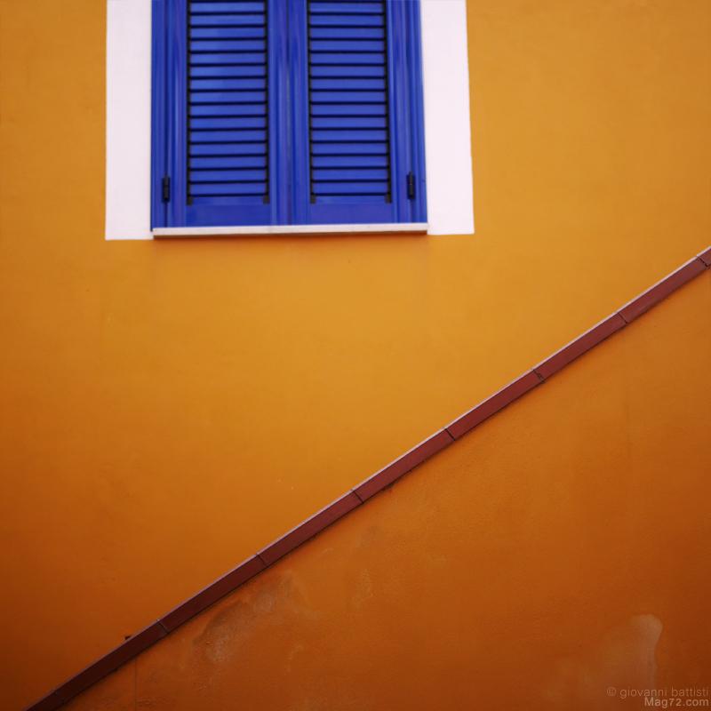 Casa e finestra colorata a Procida