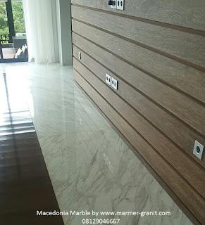 kombinasi warna natural kayu dengan marmer Macedonia