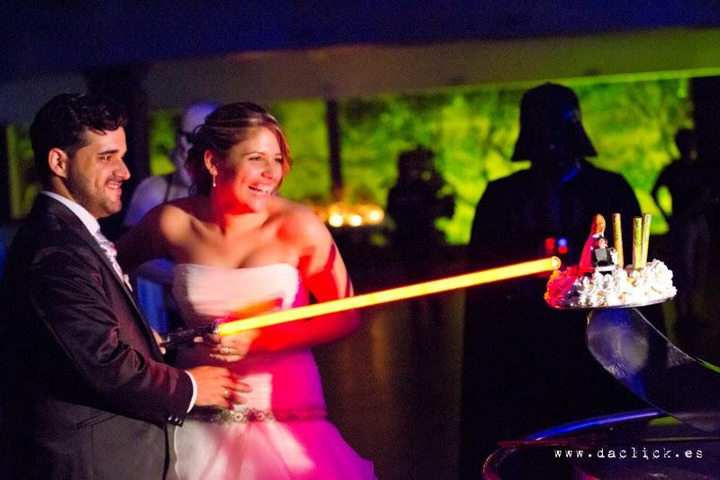 corte de tarta de boda con espada laser  la guerra de las galaxias en la Masia de Chencho Elche