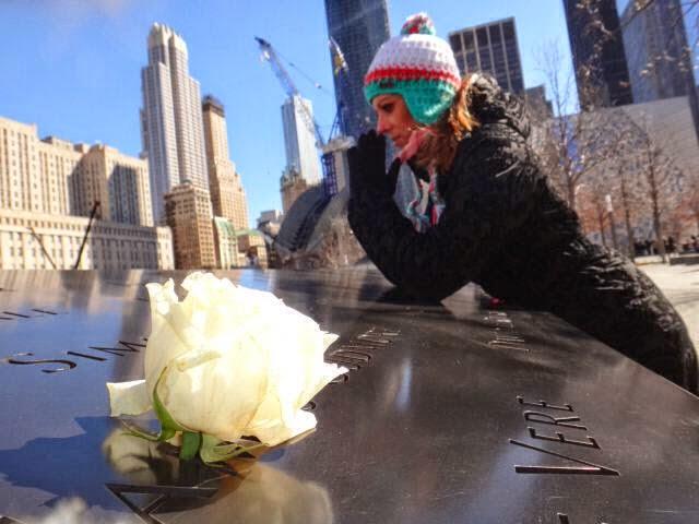 Foto emotiva del memorial 11-s con rosa blanca