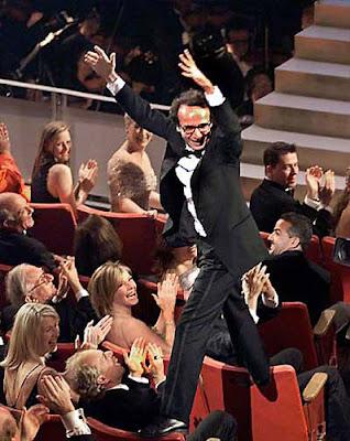 Roberto Benigni subido en las butacas de los Oscar