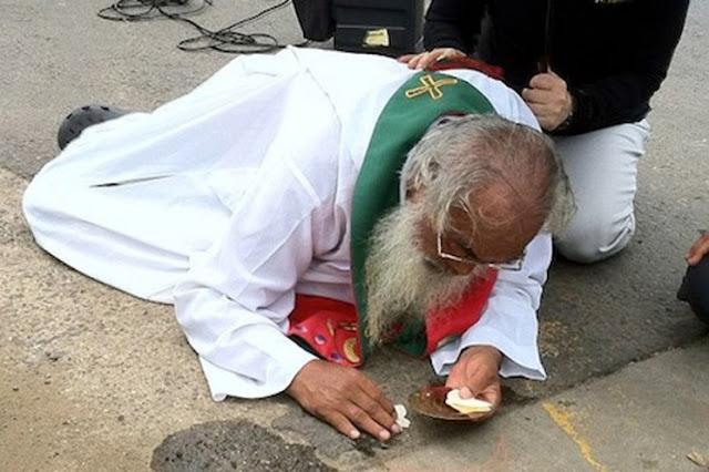 Linh mục bị đánh ngã, vẫn chỉ lo giữ gìn Mình Thánh Chúa
