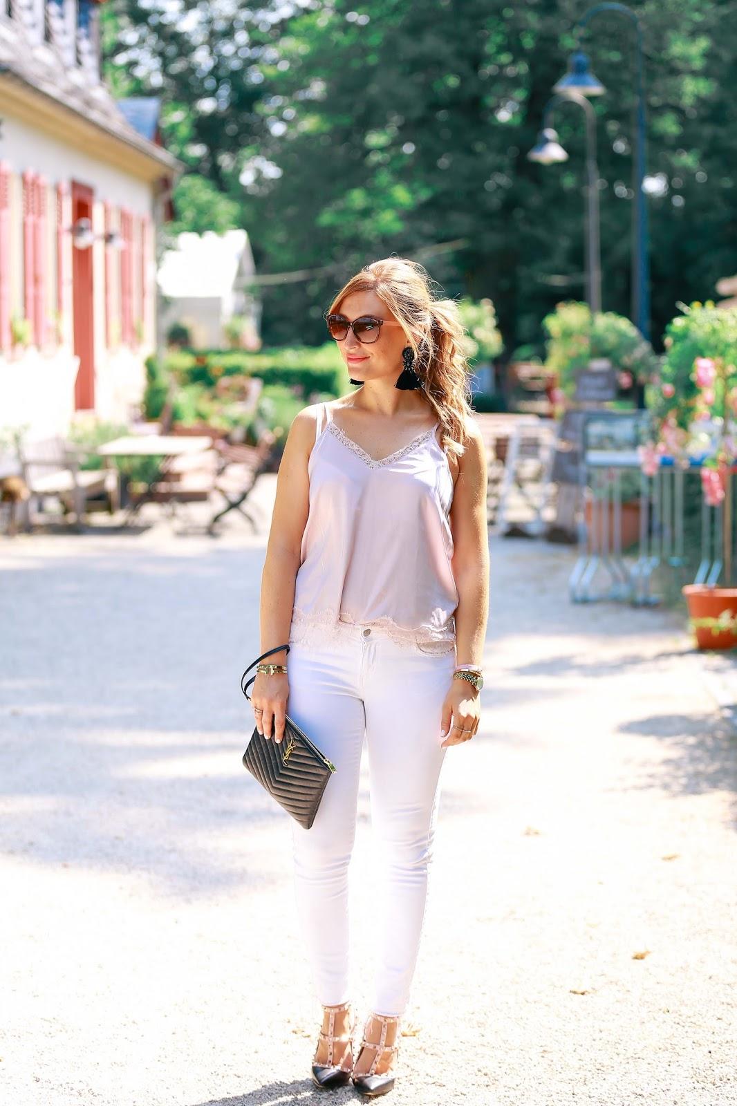 fashionstylebyjohanna-blogger-aus-deutschland-Fashionblogger-Frankfurt-Main-Modeblog-Alte-Oper-ysl-clutch-schuhe-mit-nieten-weiße-jeans-hängeohrringe