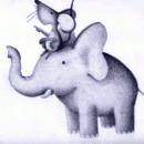 Cuento en audio La promesa de los elefantes. Dibujo de ratón sobre la cabeza de un elefante