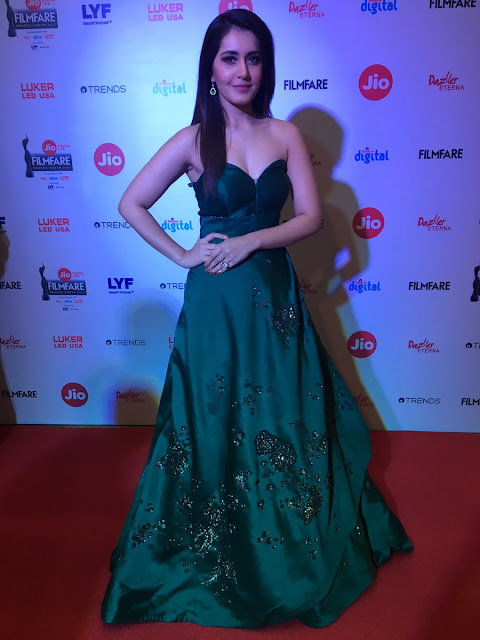 Raashi Khanna hot at the Filmfare Awards South 2017