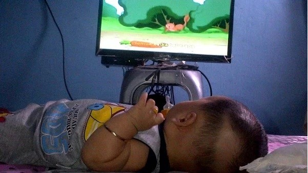 Yakin Masih Mau Membiarkan Bayi Anda Nonton TV Sehabis Baca Pengalaman Ibu Satu Ini