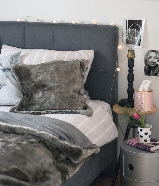 Schlafzimmer makeover, Schlafzimmer renovieren, new bedroom, boxspringbett , skandinavisch einrichten, faux fur decke joop, verschiedene beistelltische als nachttisch,