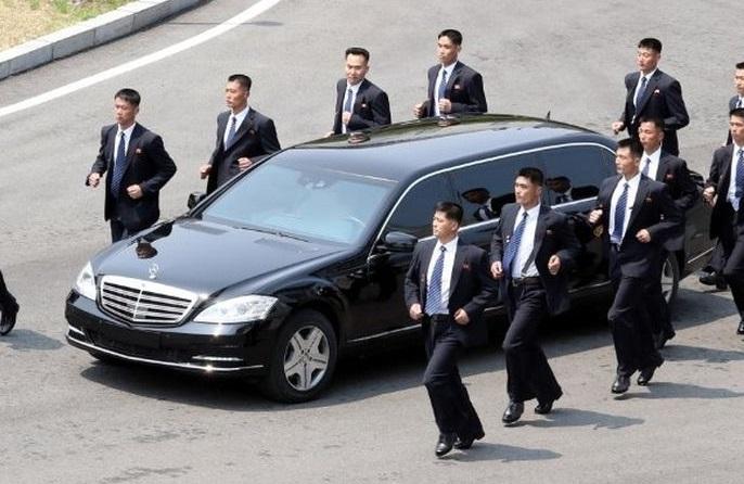Pria Berjas Hitam Berlari Sekeliling Mobil Limusin