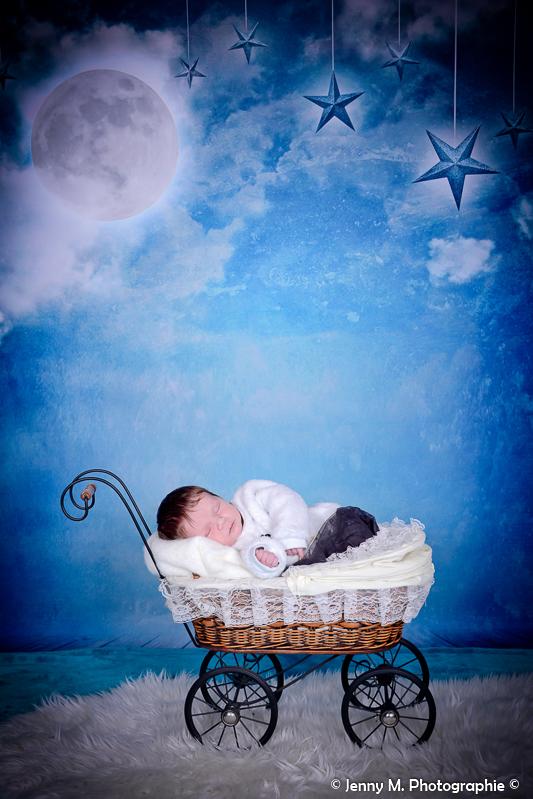photo bébé dans landeau en osier déco nuit étoilée