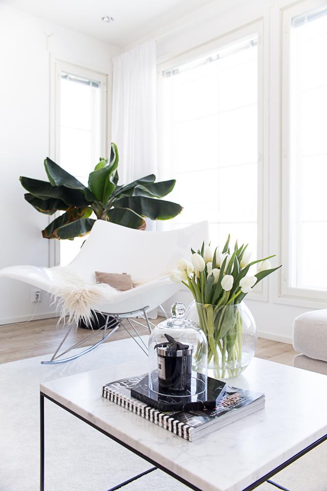 valkoiset tulppaanit, olohuoneen sisustus