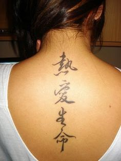 gambar tato huruf jepang di punggung cewek