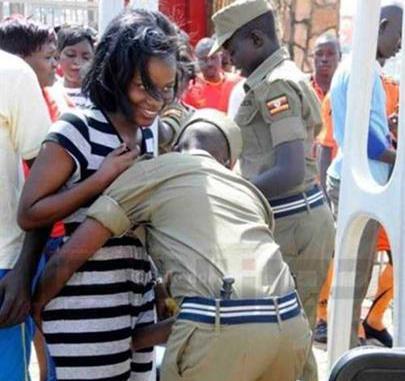 Inspeção de Segurança em Torcedoras de Futebol em Uganda