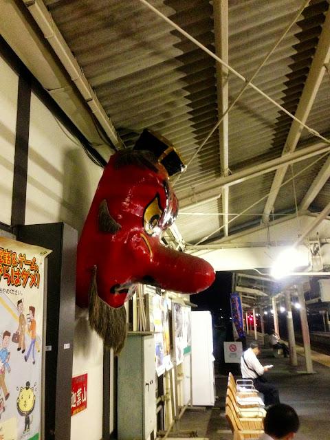 沼田駅ホームの巨大天狗のお面