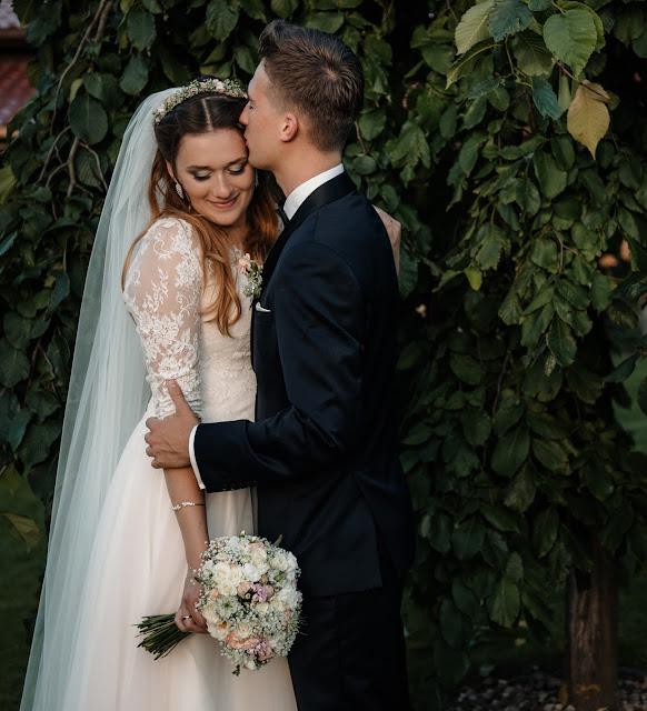 Urocze zdjęcie romantycznej chwili Pary Młodej po ślubie.