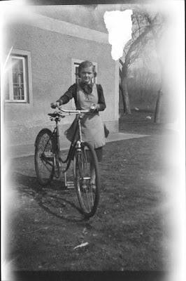 Foto einer jungen Frau mit Fahrrad - Gars am Inn - 1930-1950