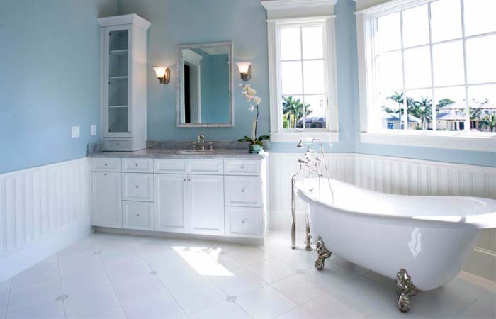 açık mavi geniş banyo dizaynı