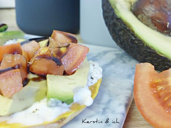 Rezept Süßkartoffel getoastet mit Avocado und Tomaten und Balsamico-Reduktion