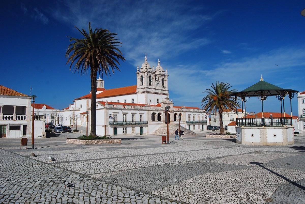 'église Notre-Dame de Nazaré domine le site de Sitio