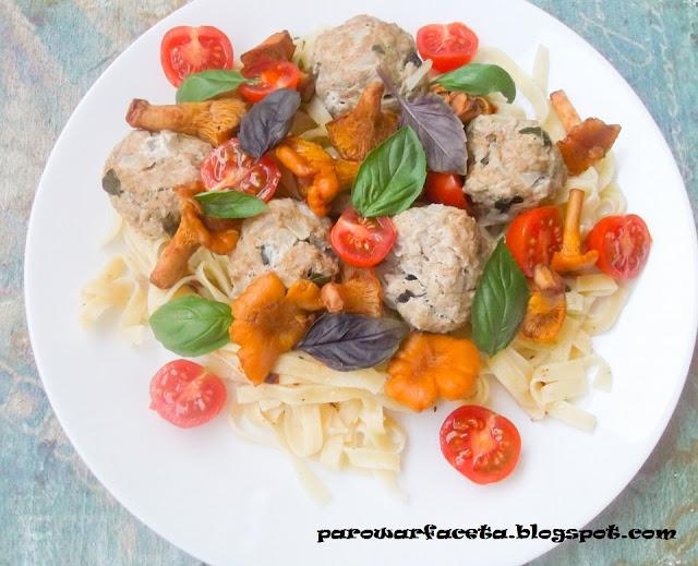 obiad z parowaru, mięso z grzybami i ziołami