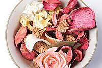 Kurutulmuş çiçek ve yapraklardan oluşan çiçek potpurisi