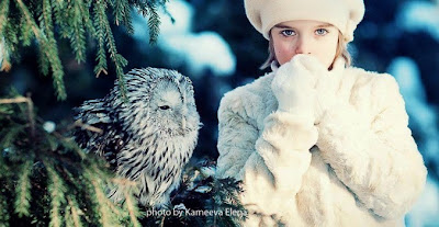 NIña y buho en la nieve