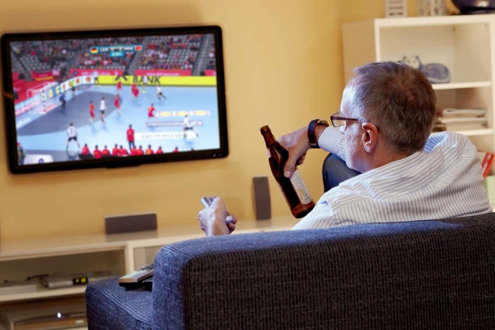 Трахнул пока муж смотрел футбол с другом, Жена тихо изменяет мужу с его лучшим другом во время 10 фотография