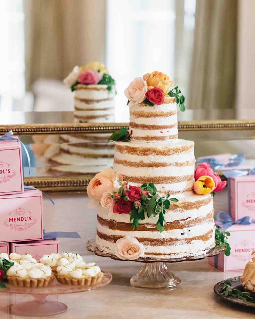 naked cake ozdobiony kwiatami, tort weselny ozdobiony różami
