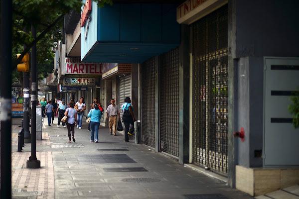 Negocios y locales comerciales comienzan a bajar definitivamente sus santamarías en Caracas