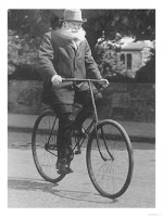 John Boyd Dunlop sedamg naik sepeda tahun 1915
