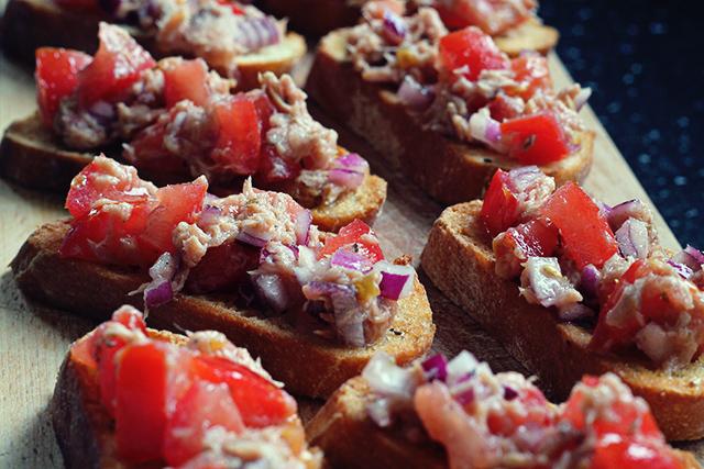 tonijn tomaat ui bruschetta