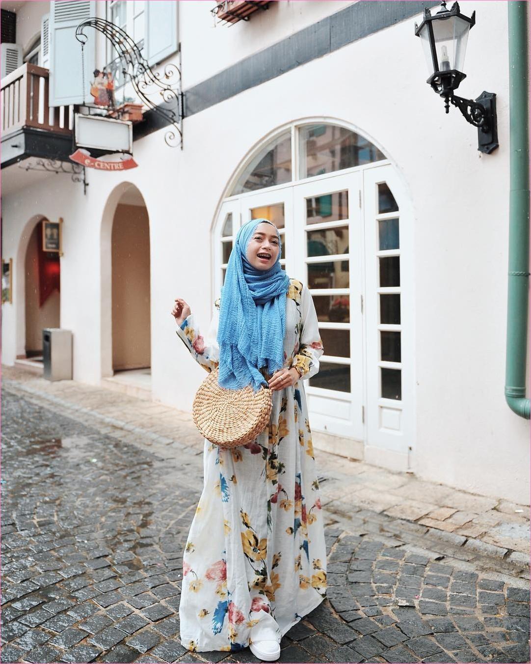 Outfit Baju Gamis Berhijab Ala Selebgram 2018 gamis abaya bunga kuning hijab pashmina rais biru muda lace ups sneakers putih loafers and slip ons ciput rajut trendy terbaru 2018 ootd outfit selebgram slingbags rotan