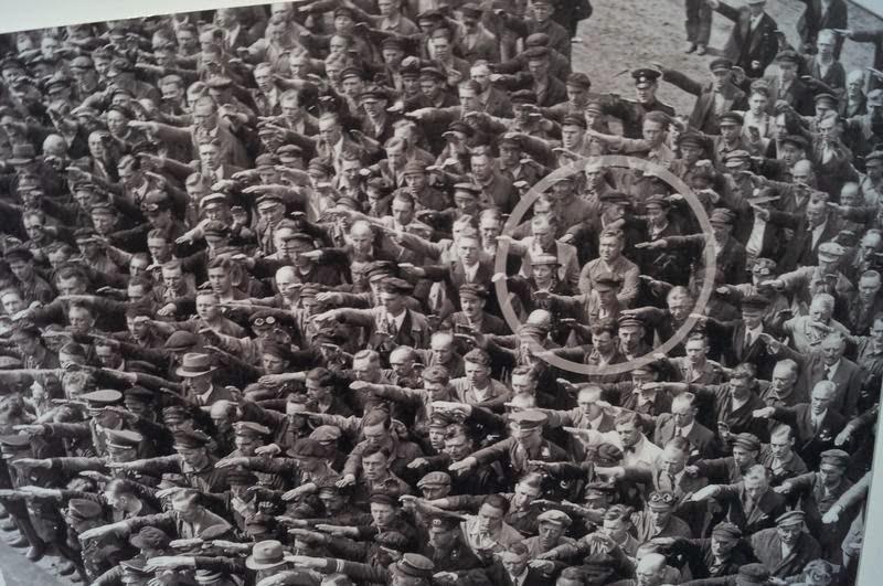 todos saludos nazi menos uno