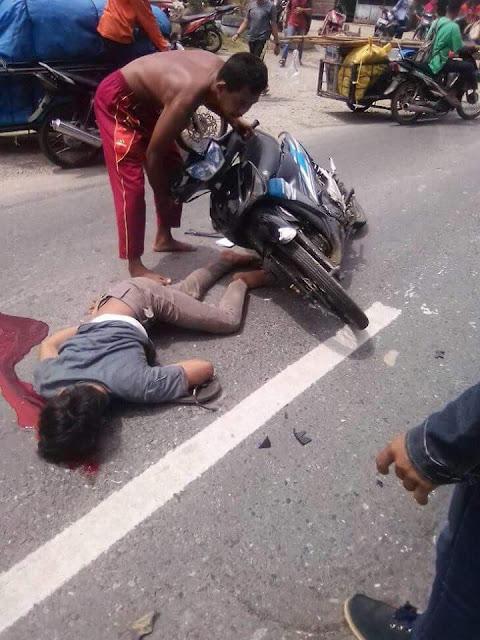 Warga mencoba membantu korban yang kecelakaan di Jalinsum Asahan-Labura