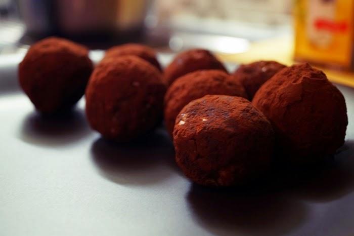 Einfache Energiekugeln aus zwei Zutaten im Kakaomantel