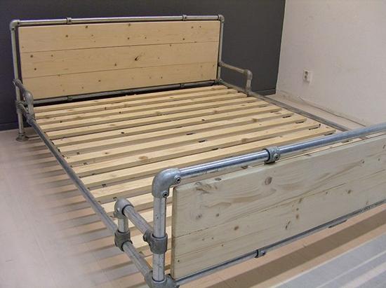 Desain tempat tidur unik dari pipa pipa bekas