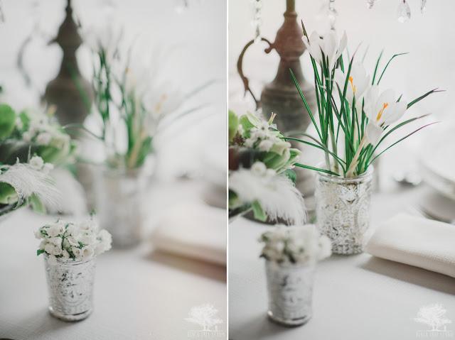 Pióra w bukietach na stołach weselnych.
