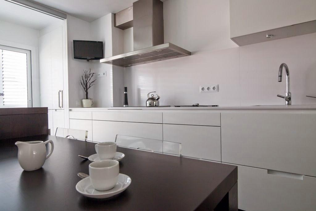 La cocina semiabierta una ventajosa elecci n cocinas - Encimeras para cocinas blancas ...