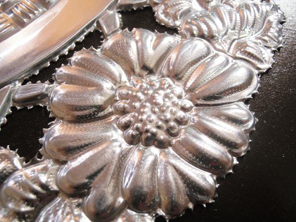 bandeja circular repujado aluminio flores