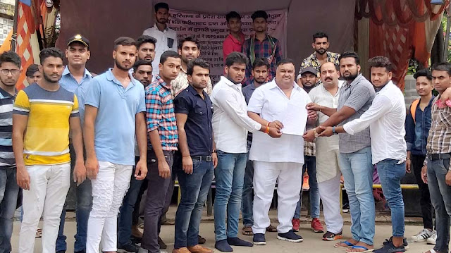 The support given by Congress leader Lakhan Singha to the dharni of the NSUI was given by senior Congress leader Lakhan Singh