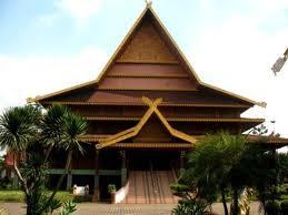 Rumah adat Riau disebut  Rumah Selaso Jatuh Kembar