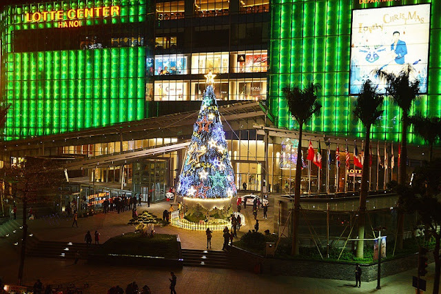 Bustle Christmas at the commercial center in Hanoi 1