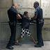 Fotógrafo flagra agressividade de seguranças a menino no Metrô de SP