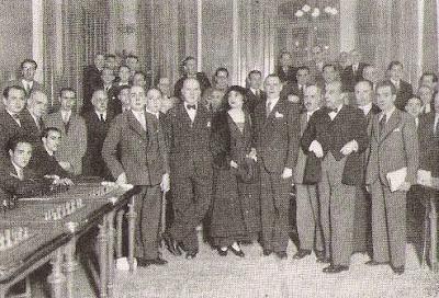 Alekhine y su esposa, con todos los miembros de la FEDA en Madrid en 1935