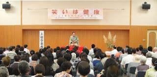 講演会講師・三遊亭楽春の心と体の健康講演会の風景。